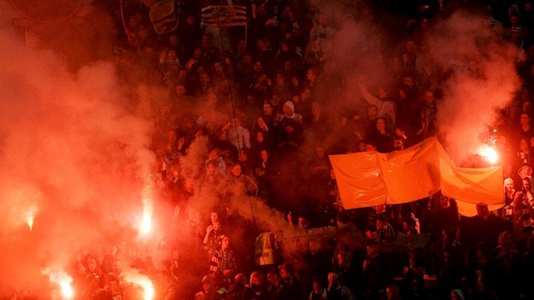 Hammarbys supporters tänder bengaliska eldar.