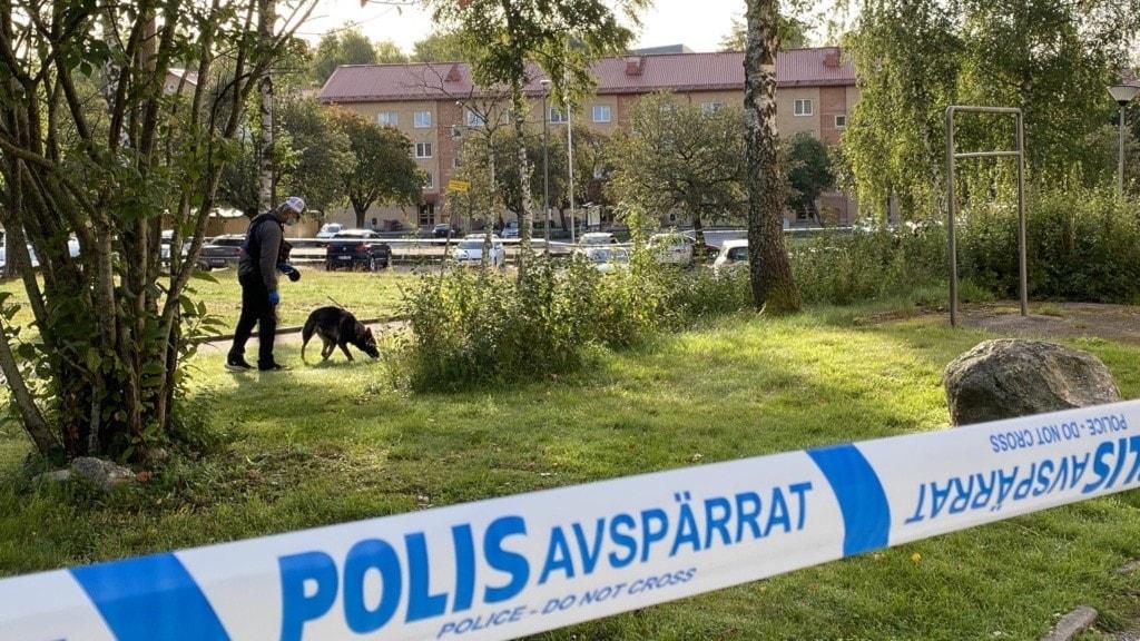 Polisen är på plats i Ronna där en man sköts i benet på en parkeringsplats.