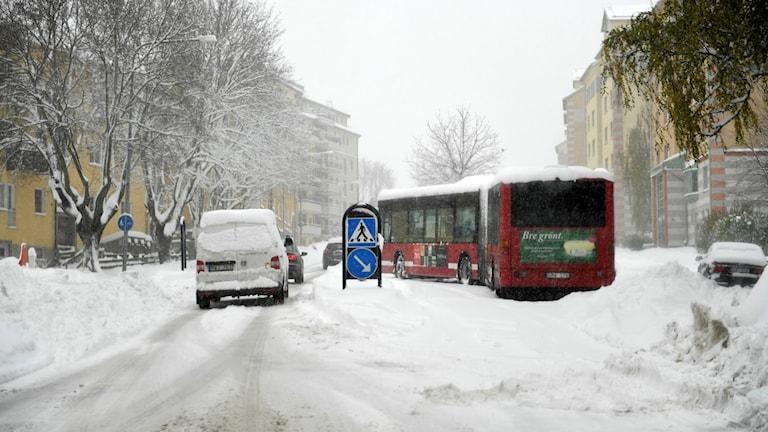 En buss som kört fast i centrala Sundbyberg