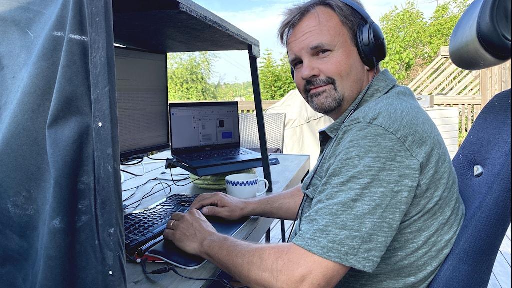 Under ett år har Jocke Almström hemifrån och när värmen och vädret tillåter sitter han gärna på altanen.