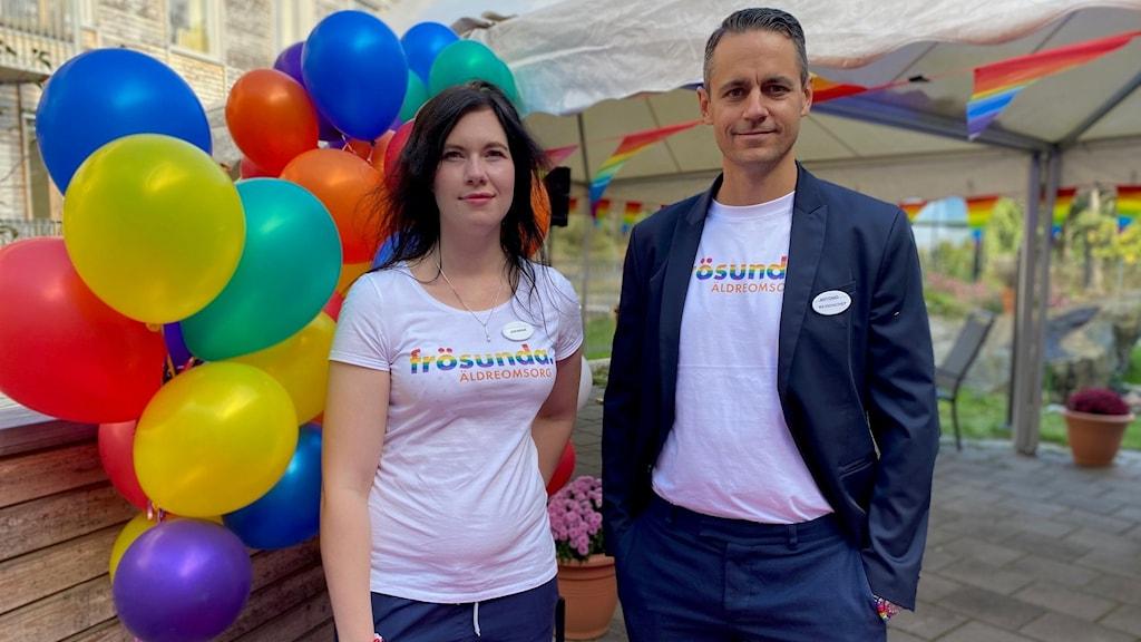 Kvinna och man med färgglada ballonger och partytält i bakgrunden.