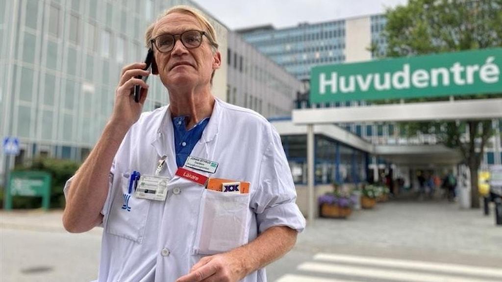 Läkare utanför sjukhusentré