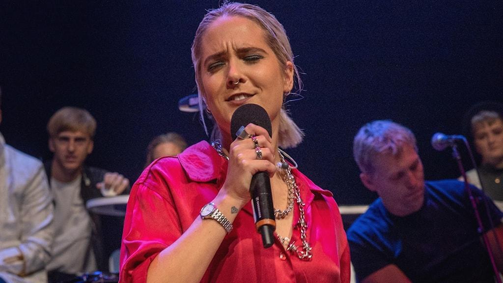 Julia Alfrida sjunger.