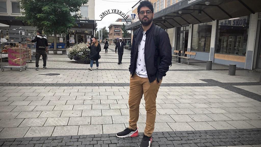 Sabil Khan står på ett torg.