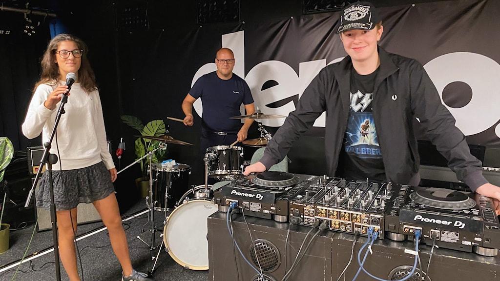 Alicia Bengtström och Miles Martin ser fram emot att skapa musik i nya ungdomshuset Demo på Mörbyhöjden. På trummor syns Jonas Jonson, ungdomschef i Danderyds kommun.
