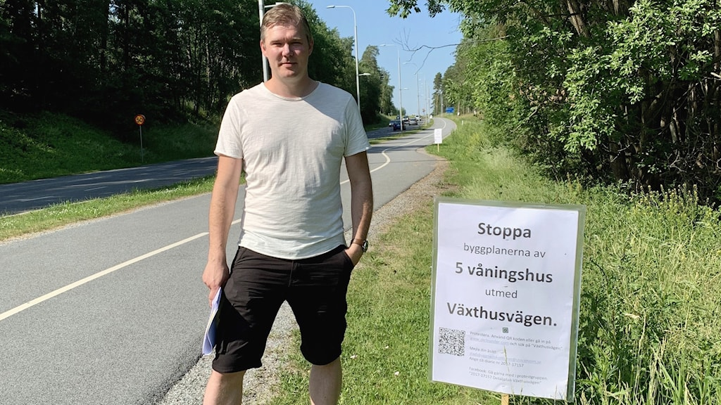Mikael Linderfalk står vid en vägkant.