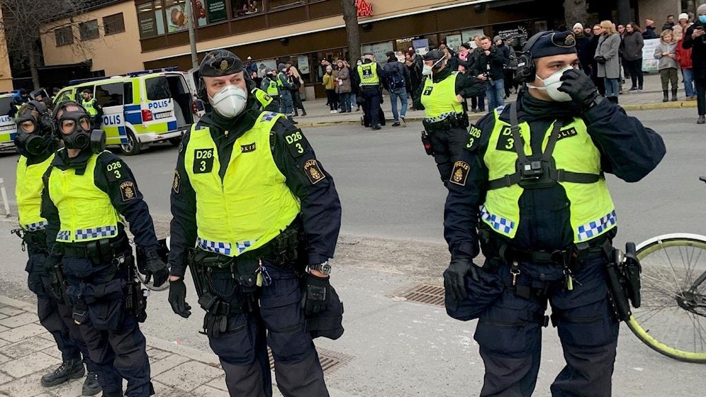 Poliser med gasmask står vid medborgarplatsen i Stockholm