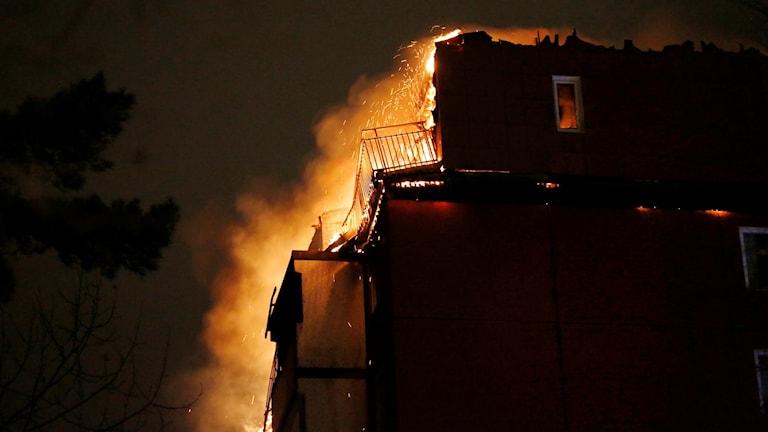 brinnande hus i Husby
