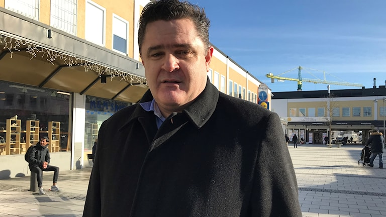 Politikern Elvir Kazinic (S) vill att stadsdelen gör mer för föreningslivet.