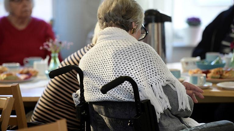 STOCKHOLM 20160310 En kvinnlig pensionär med en sjal över axlarna på ett äldreboende Foto: Fredrik Sandberg / TT / Kod 10080