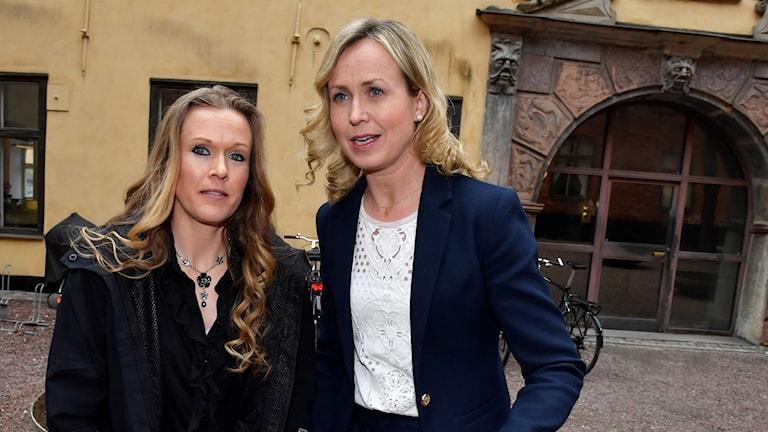 Barnmorskan Ellinor Grimmark (t.v.) och hennes juridiska ombud Ruth Nordström (t.h.).