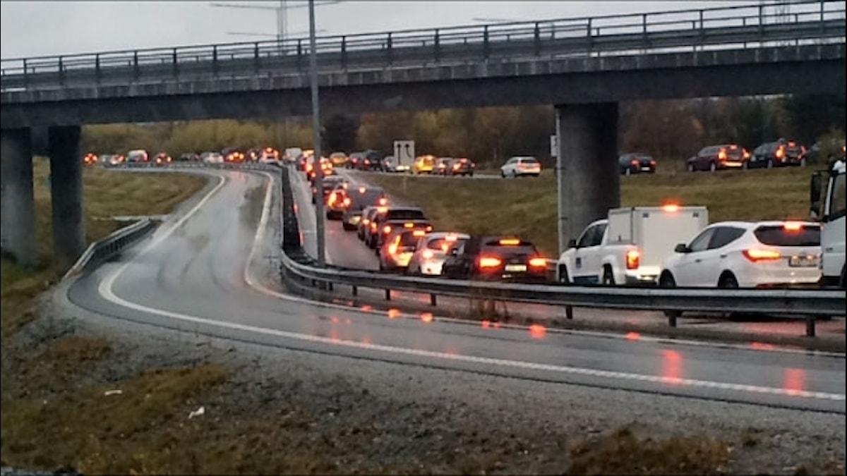 Långa köer efter fotanglar orsakat stopp i trafiken
