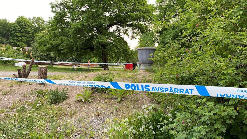 Polisen har spärrat av ett område i Tantolunden på Södermalm i Stockholm.