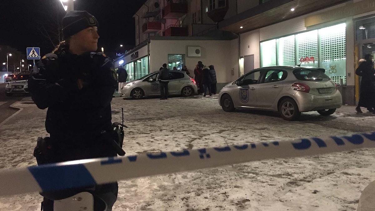 Poliser i Rinkeby efter skottlossning.