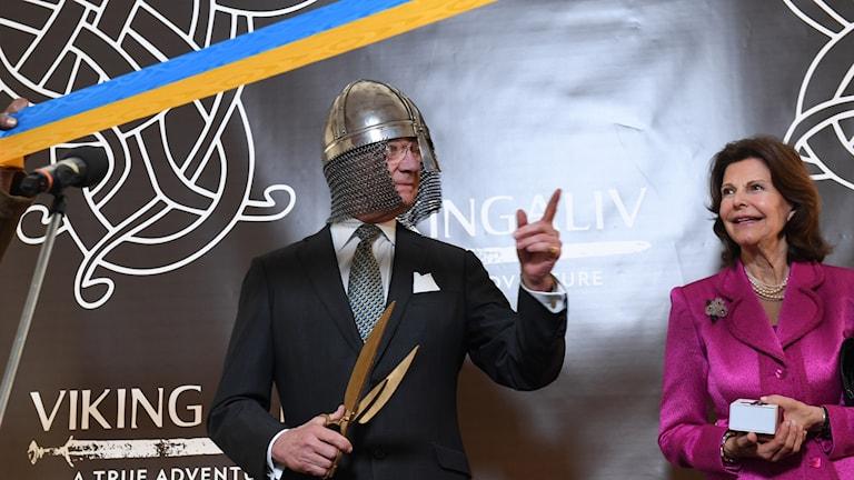 En man med vikingahjälm och en kvinna.