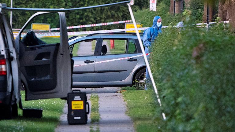 Polis och kriminaltekniker på plats efter att två människor skjutits ihjäl i en svenskregistrerad bil i Köpenhamnsförorten Herlev på tisdagskvällen. Ett av offren ska ha mist livet i samband med skottlossningen.