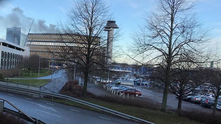 Det brinner högst upp i ett hus på Arlanda som är under byggnation.