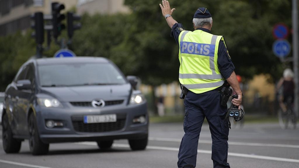 Polis vid hastighetskontroll.