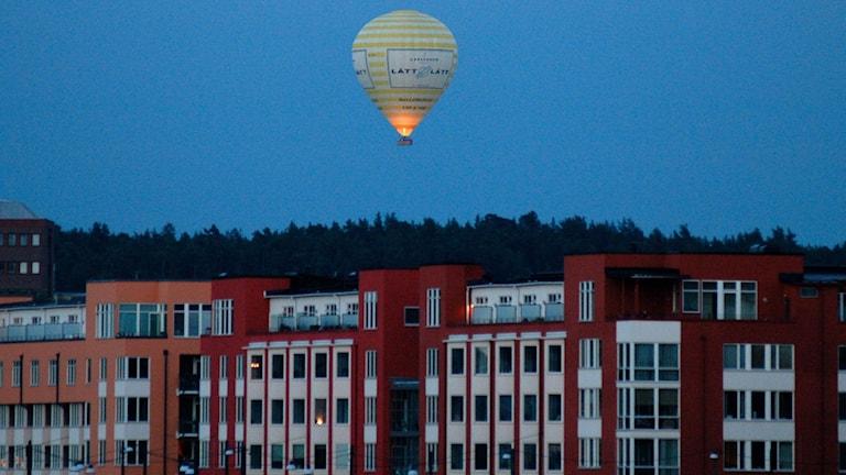 En landande ballong orsakade på torsdagskvällen utryckning av både polis och brandförsvar.