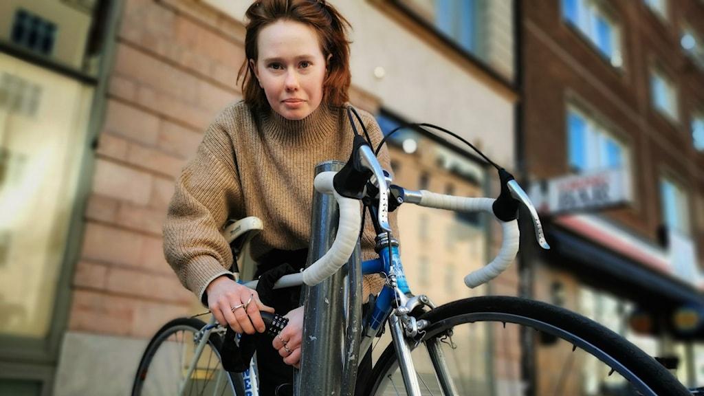 Agnes Wilson låser sin cykel på Hornsgatan i Stockholm.