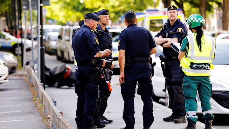 En man har skjutits i huvudet och en annan man i benet i Sollentuna norr om Stockholm,
