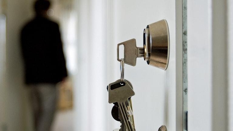 Nycklar i en lägenhetsdörr