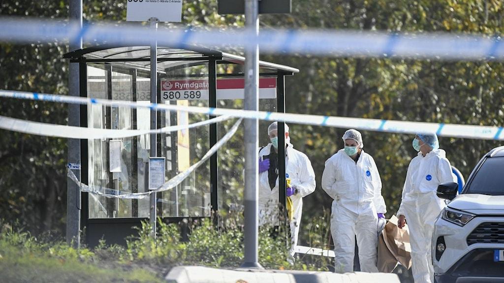 Polisens kriminaltekniker på plats för en teknisk undersökning där mannen hittades skjuten.