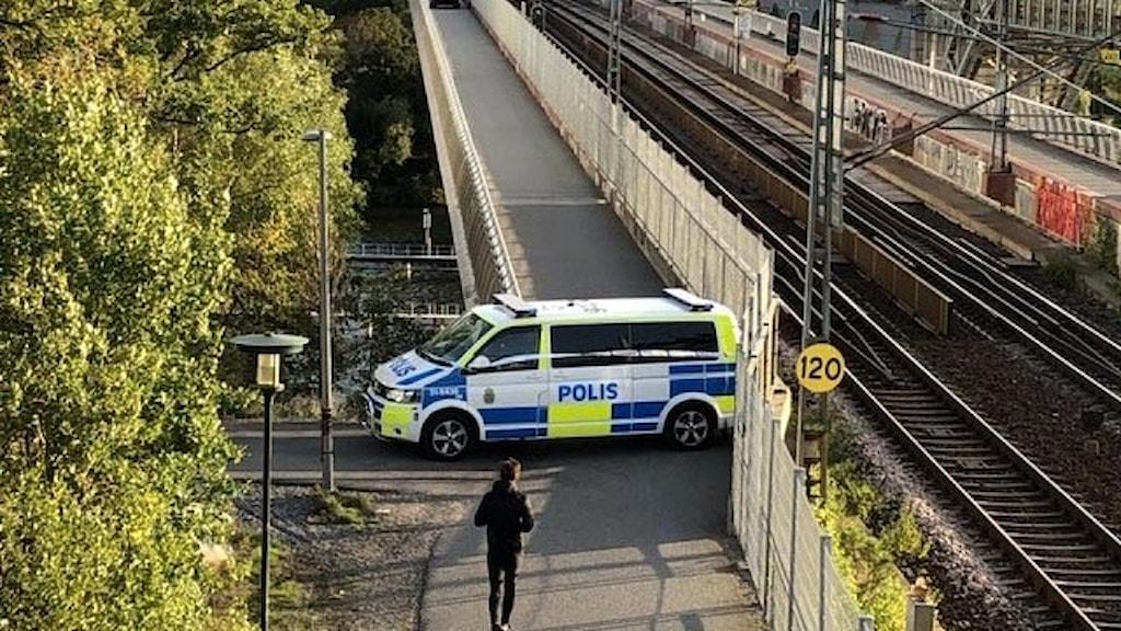 En polisbil på en bro.