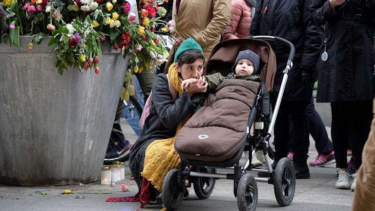 Mamma vid blomsterhavet på Drottninggatan