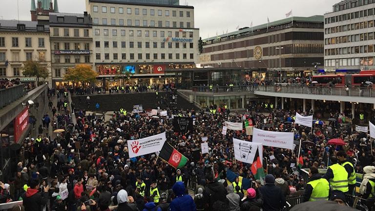 Flera hundra personer protesterar mot hårdare asylregler