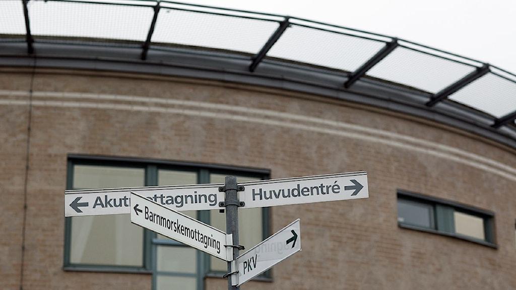 Skyltar visar vägen inne på Norrtälje sjukhus.
