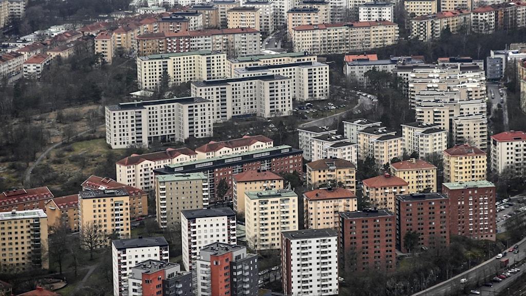 Flygbild över stadsdel med många höga flerfamiljshus.