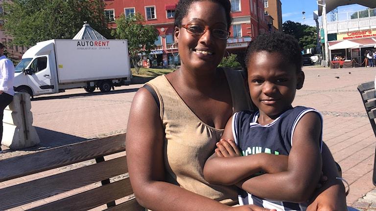 Astou Conta med sonen Demba Banji Carayol.