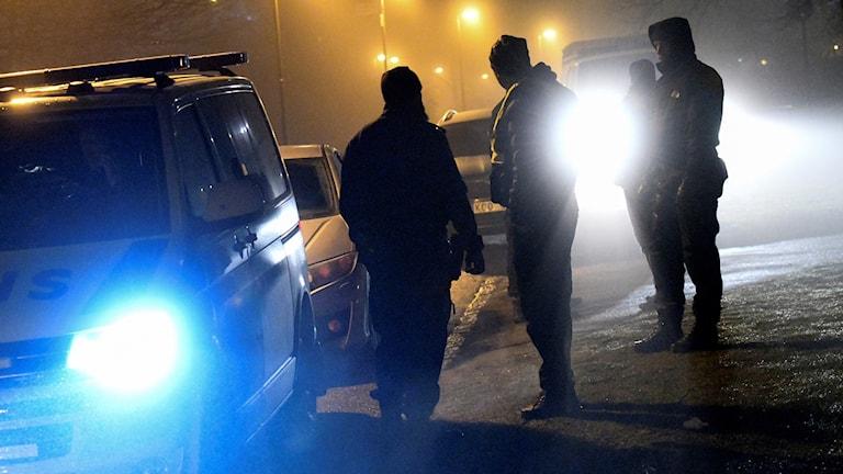 Poliser i mörker.