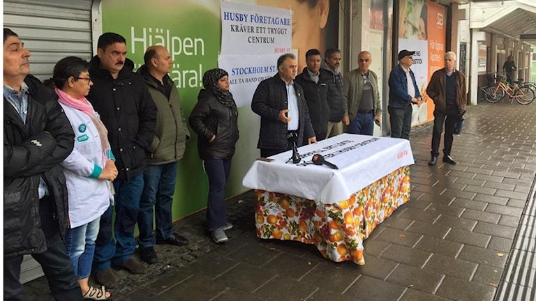 I dag stängde handlarna i Husby under lunchen för att protestera mot kriminaliteten.