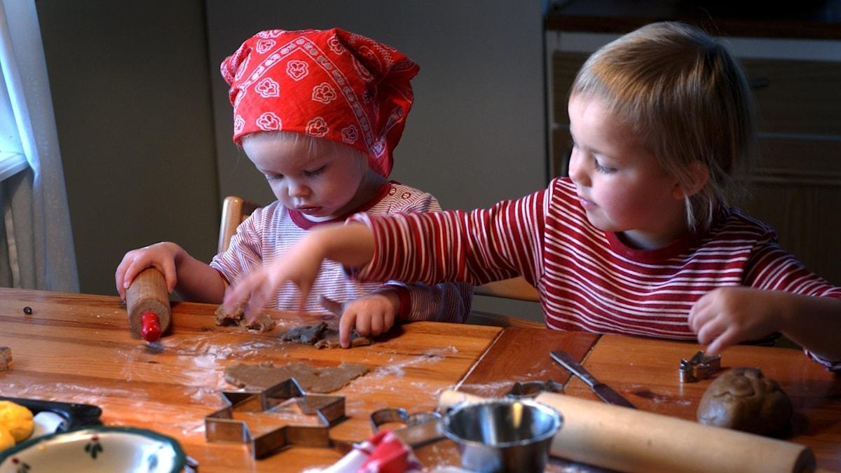 Barn bakar pepparkakor.