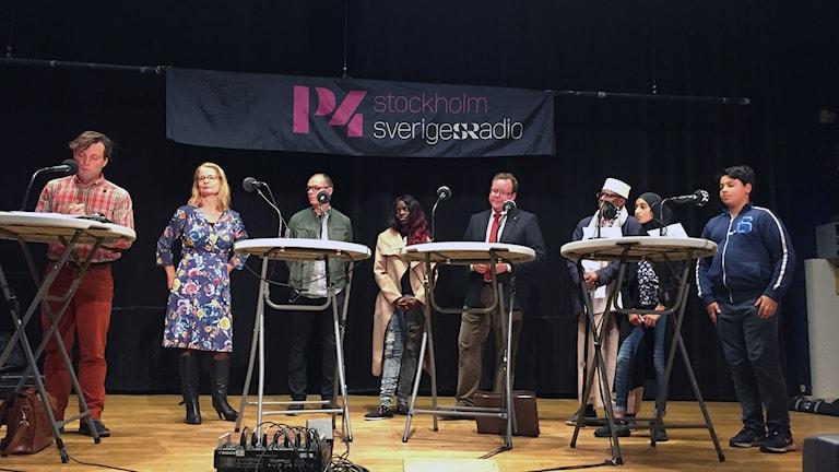 Bild med deltagarna i skoldebatten i Rinkeby Folkets Hus