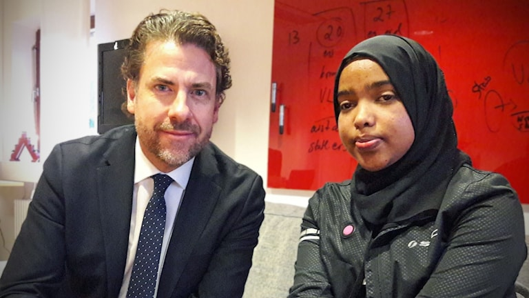 Hibak Thahir möter Mikael Ribbenvik, tillförordnad generaldirektör för Migrationsverket.
