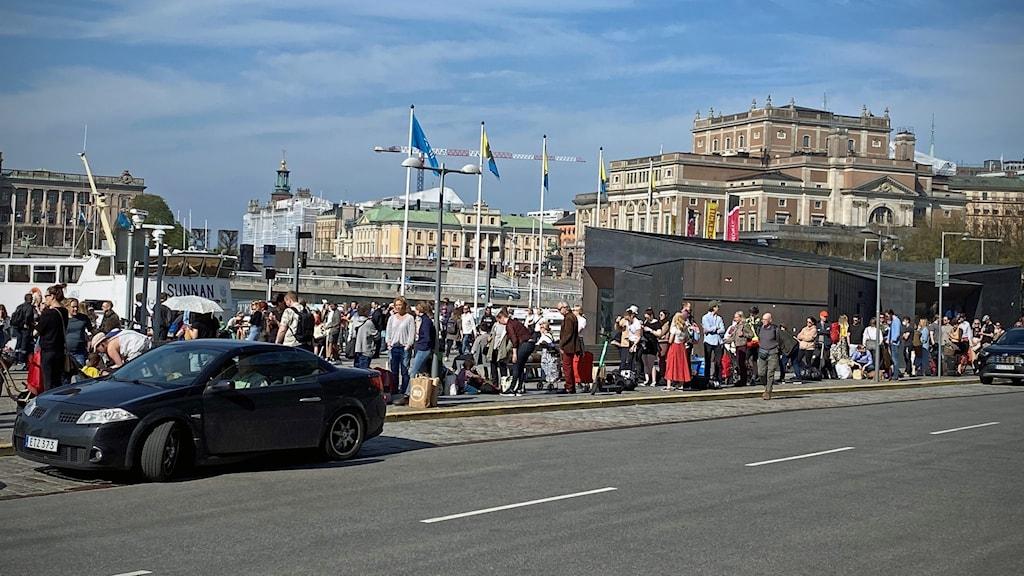 Folk i kö till båtar vid Strömkajen
