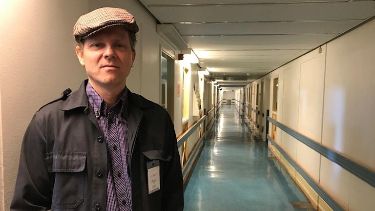 Petter Inedahl i en lång korridor