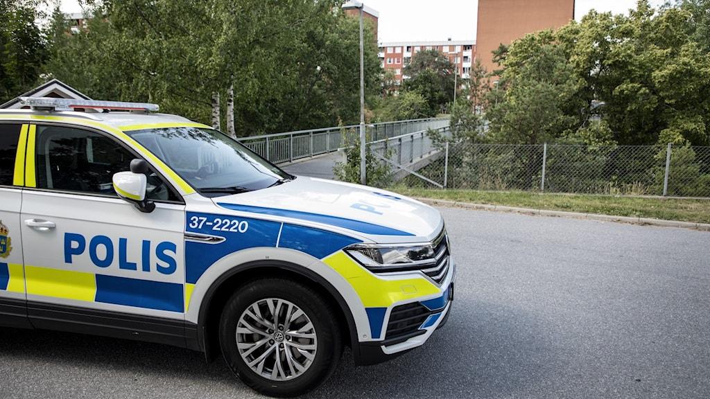 Polisbil framför gångbro i Visättra.
