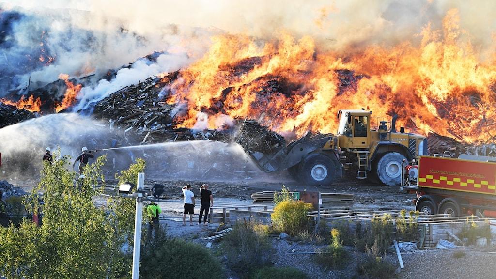 Brand på soptipp i Botkyrka.