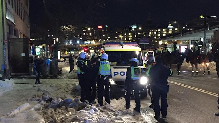 En polis har blivit skadad i ansiktet samband med tumultet. Också en privatperson har skadats. Det är ännu oklart hur allvarliga skadorna är.