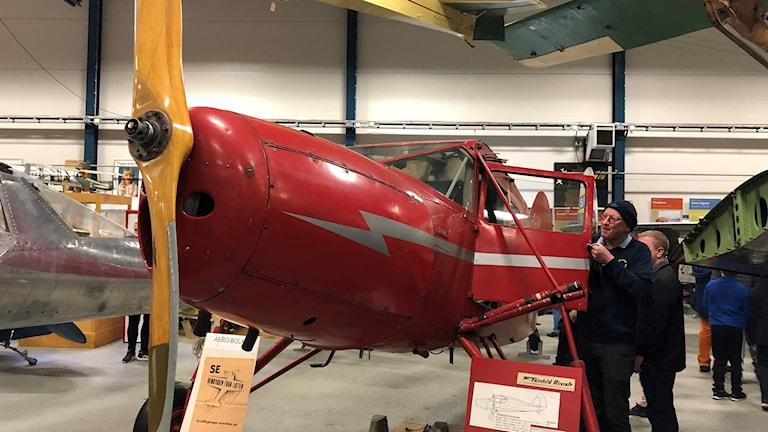Ett av flygplanen i samlingen i en hangar vid Arlanda.