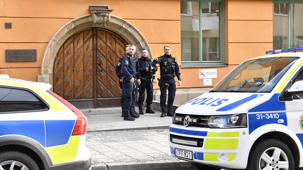 Fyra poliser står utanför Stockholms tingsrätt.