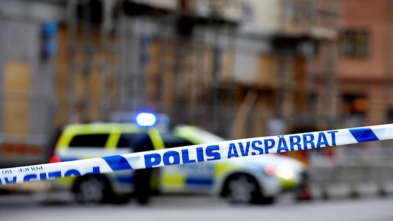 Polis och avspärrningsband vid en brottsplats