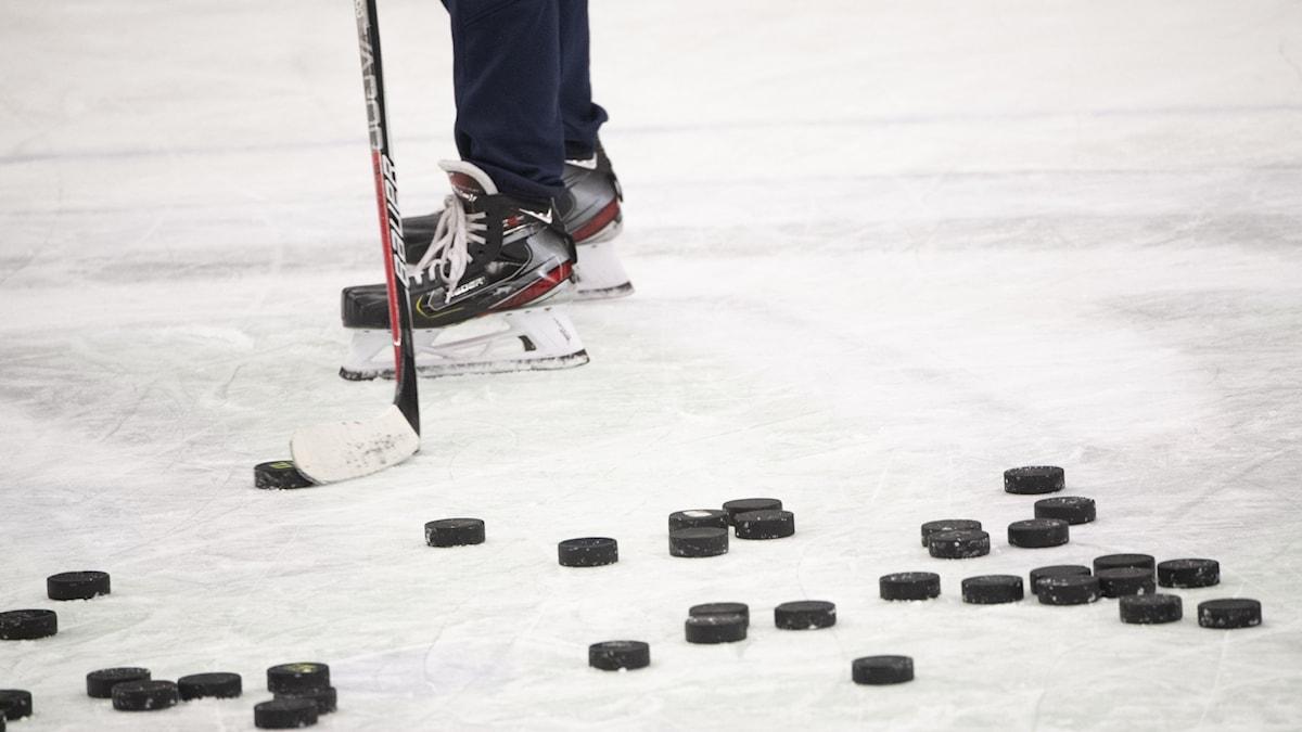 Ishockeypuckar på en is.