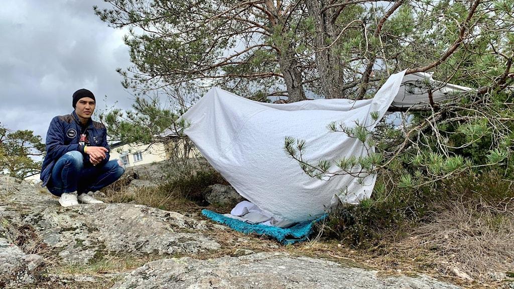 Papperslöse Ersalan vid sitt hemmagjorda tält.