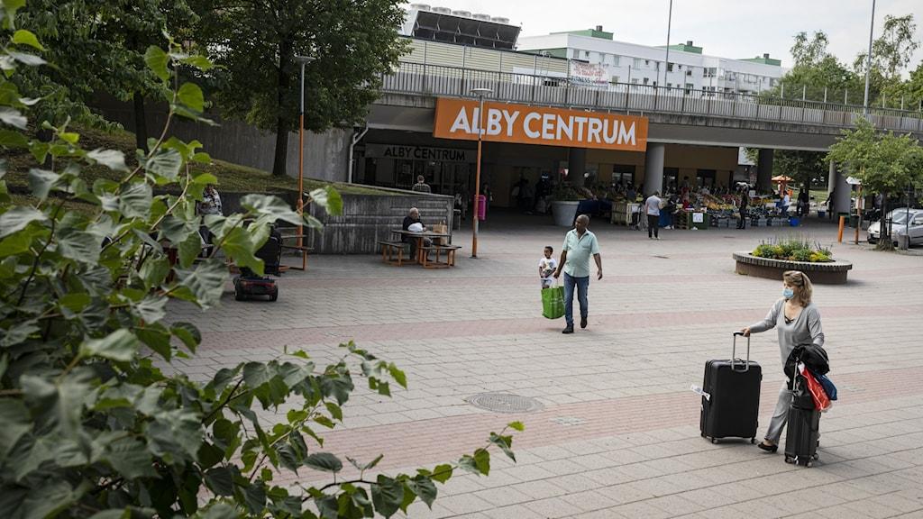 Folk i Alby centrum.