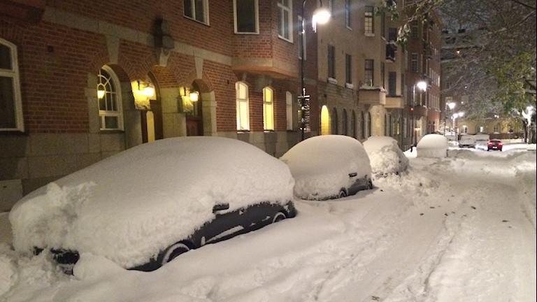 Insnöad bil i Stockholm.